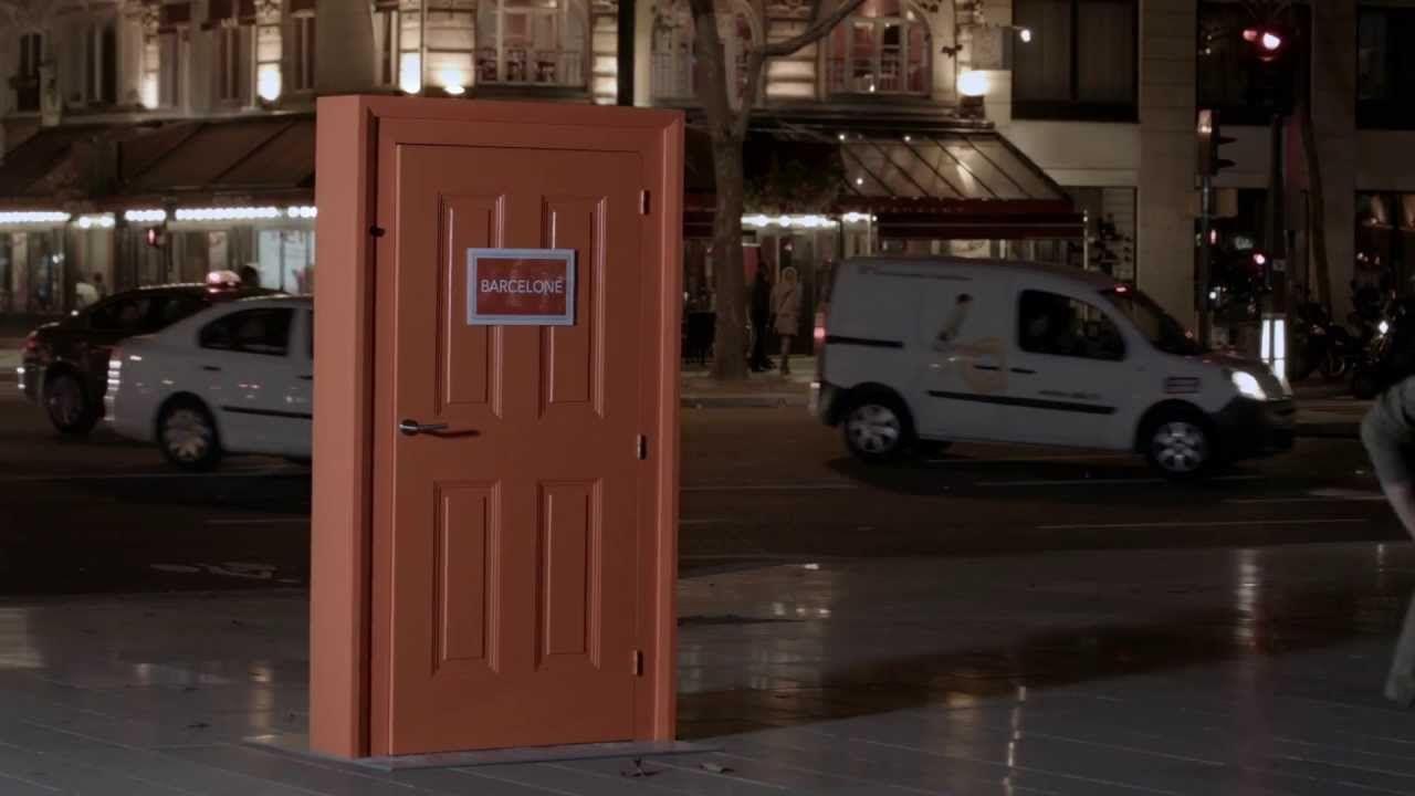 """Em algumas ruas da cidade de Paris foram colocadas misteriosas portas ligadas a praças de diversas capitais da Europa.  Abrindo cada uma dessas portas, fica-se de frente de uma tela onde se pode ver, em tempo real, o que está acontecendo naquela cidade específica.   SNCF """"Europe. It's Just Next Door"""""""