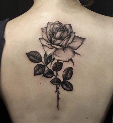 Significado De Los Tatuajes De Rosas Con Espinas Tatuajes De Rosas Tatuajes Espalda Mujer Tatuaje De Flores En La Espalda