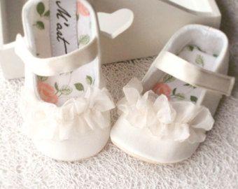 6117e257c Zapatos bautismo marfil zapatos bebé niña zapatos por littleserah ...