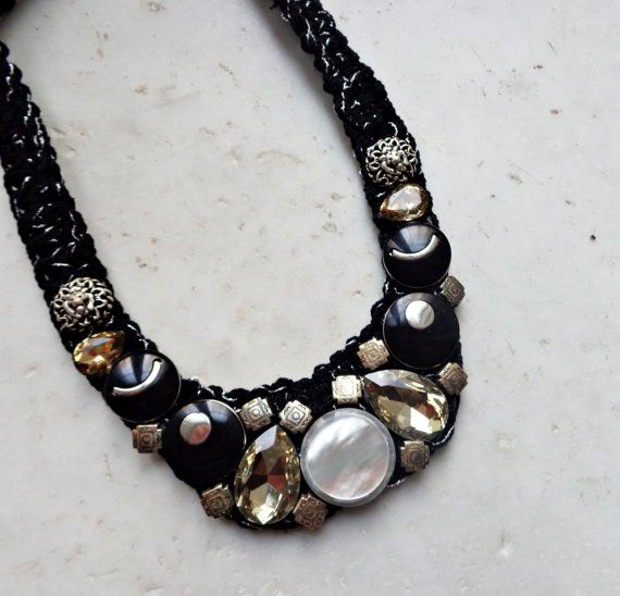 Black & white vintage buttons necklace with pearls by AzzurroTerra