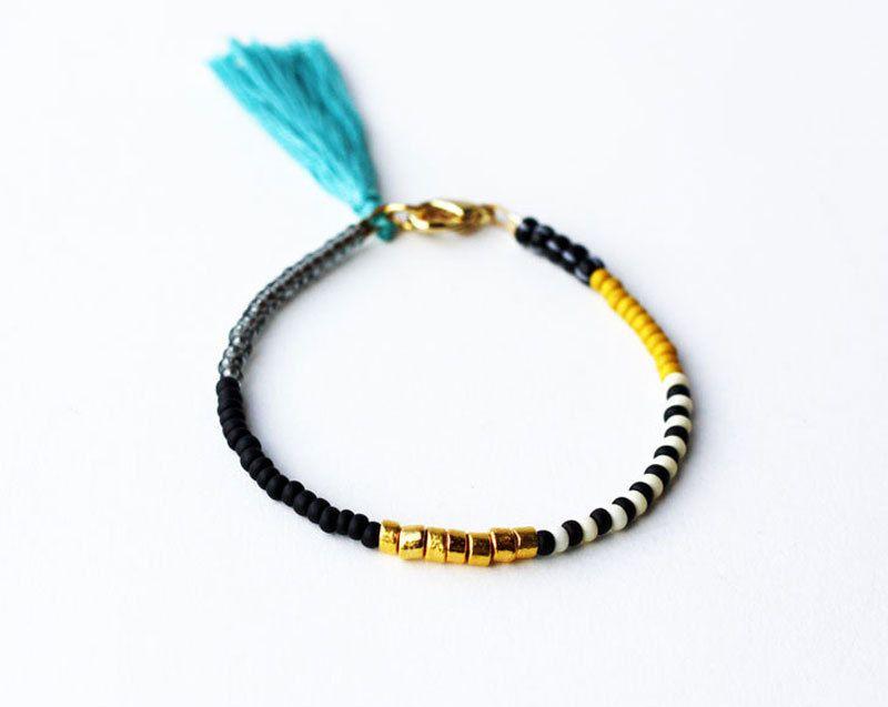 Bracelet amitié avec gland - noir or Bracelet moutarde - superposition Bracelet par feltlikepaper sur Etsy https://www.etsy.com/fr/listing/163288729/bracelet-amitie-avec-gland-noir-or