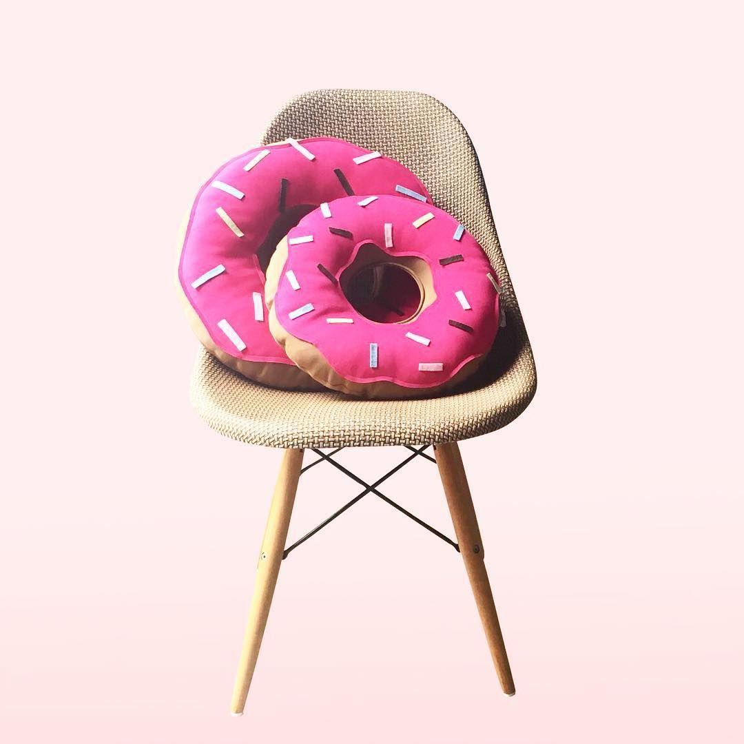 Encher sua cadeira de Donuts pode? Se for com as nossas Almofadas Donuts pode siiiim!  Os dois tamanhos estão disponíveis na loja online http://bit.ly/Almofadaaas #almofadas #donuts #soubocó #decoracao #fun #love