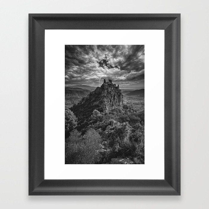 Cuadro de un castillo bajo una tormenta en blanco y negro