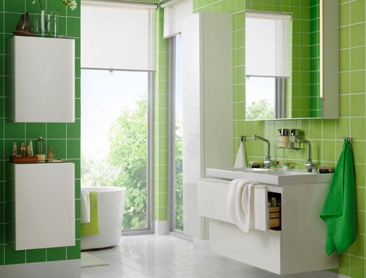 Salle de bain blanche et verte avec lavabo double vasque et deux ...