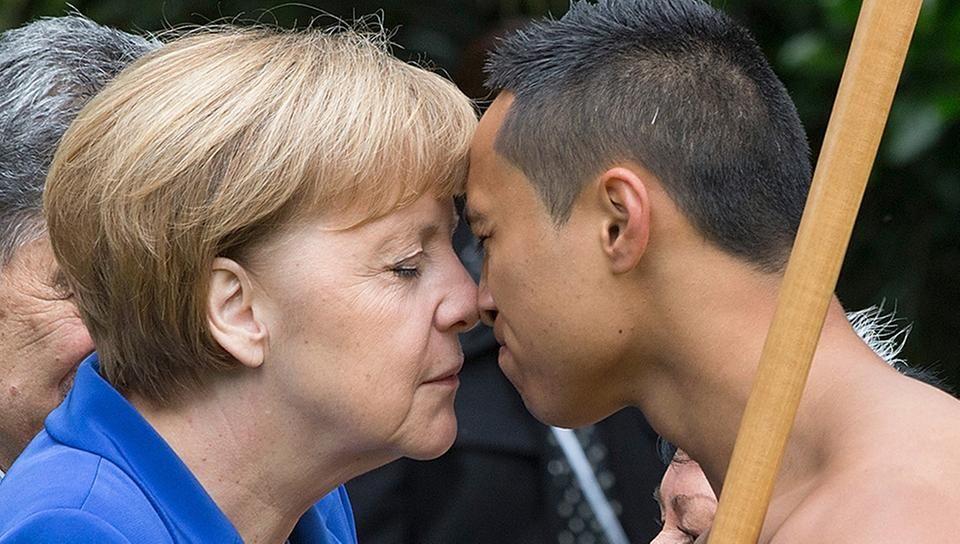 Bundeskanzlerin Angela Merkel wird mit einem Nasenkuss begrüßt