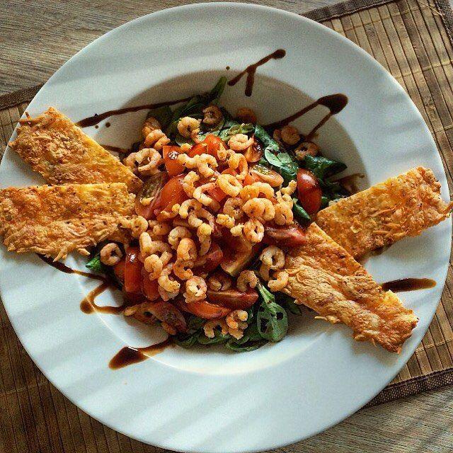 Shrimp salad & cheese crackers  Gestern Abend gab es einen super leckeren Salat mit Feldsalat Cocktailtomaten und kleinen Shrimps. Als Beilage gab es die selbstgemachten Käse Cracker   Lust auf das Rezept für die Cracker? Einfach kommentieren oder anschreiben  Schaut doch mal auf meiner neuen Seite vorbei: @my_creative_kitchen  #dinner #shrimp #salad #tomato #cheese #cracker #chips #diy #healthy #healthyfood #fish #selfmade #food #foodporn #instafood #foodpics #lowcarb #highprotein #fitness…
