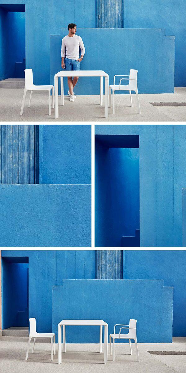 Les murs bleus s\'enchevêtrent, mélange des matières, le mobilier de ...