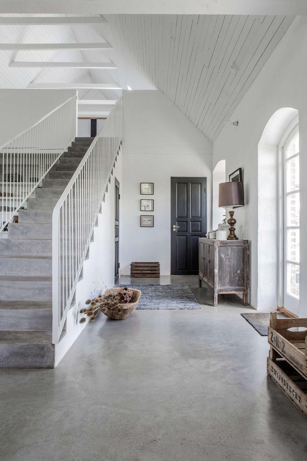 Une maison ancienne de pierres grises et du mobilier design planete deco a homes world