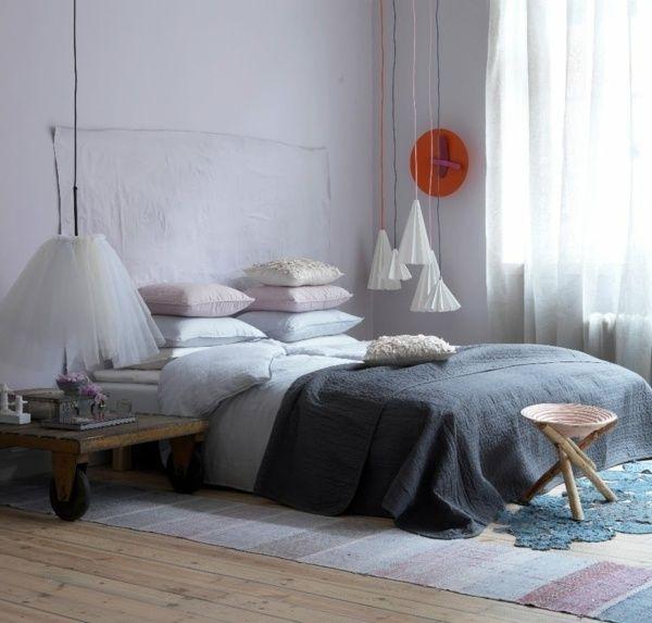 schlafzimmer teppich gewebt pastell lila hängende pendelleuchten ... - Schlafzimmer Ideen Deko Bettdecken