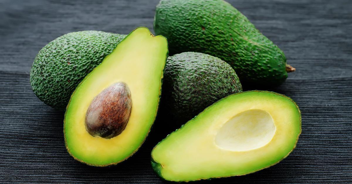 So Esst Ihr Den Harten Kern Einer Avocado Video Kochen Und Mehr Avocado Essen Gefullte Avocado Und Avocado Kerne