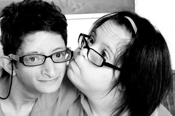 Foto de joven con síndrome de Down dándole un besito a su amigo