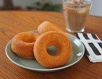 甘過ぎない軽さが絶妙!成城石井の「自家製焼きドーナツ プレーン」