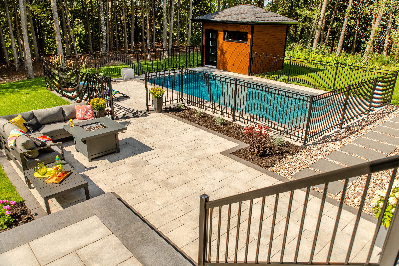 Cour Arriere Piscine Creusee Coin Feu Et Salon Exterieur Pools Backyard Inground Backyard Pool Landscaping Swimming Pools Backyard Inground