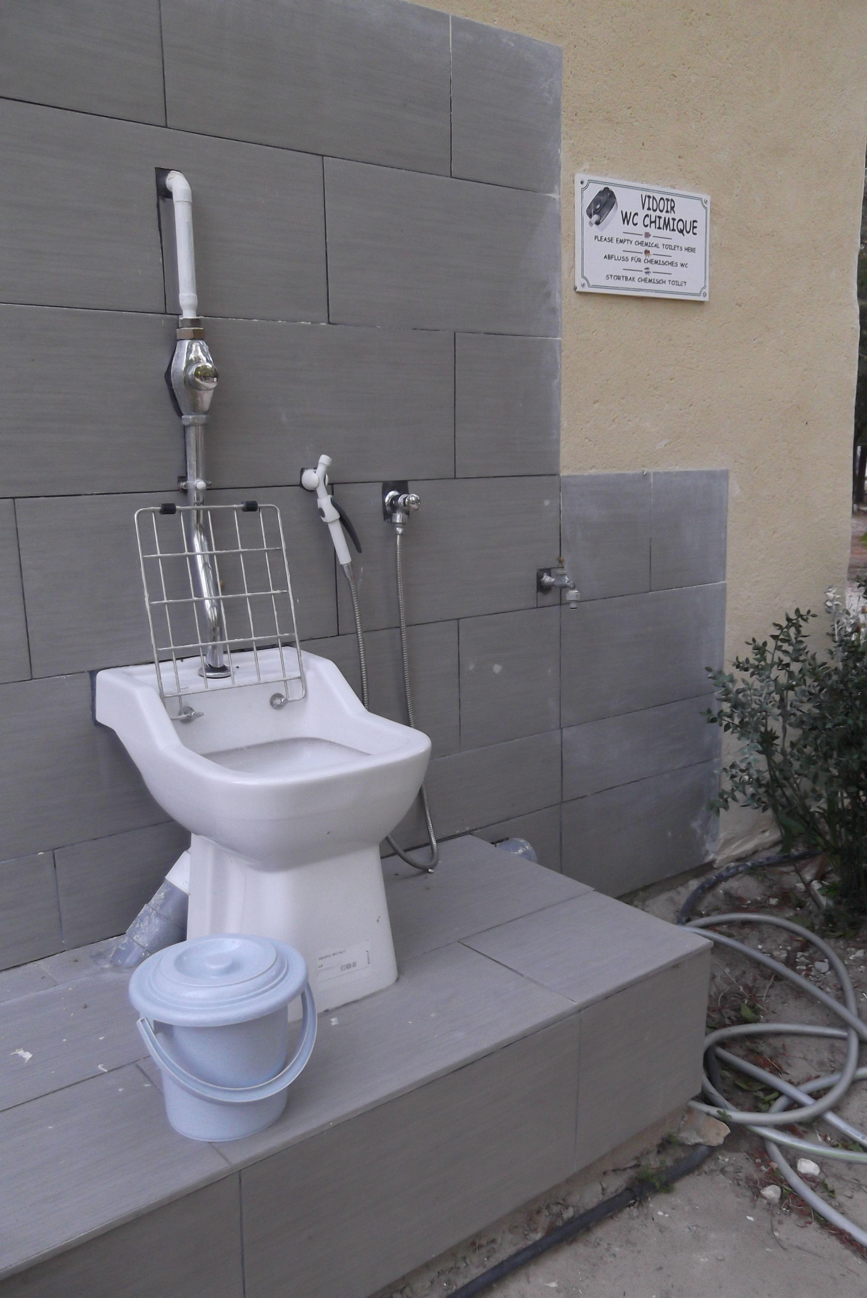 Stortbak Chemisch Toilet.Chemisch Toilet Ergens Op Een Camping In Het Departement