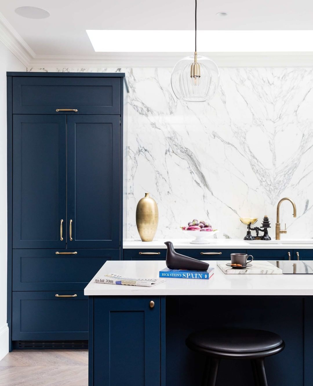 Hux London On Instagram The Most Successful Bespoke Kitchens Are A Harmonious Blend Of Form And In 2020 Modern Kitchen Island Design Bespoke Kitchens Kitchen Design
