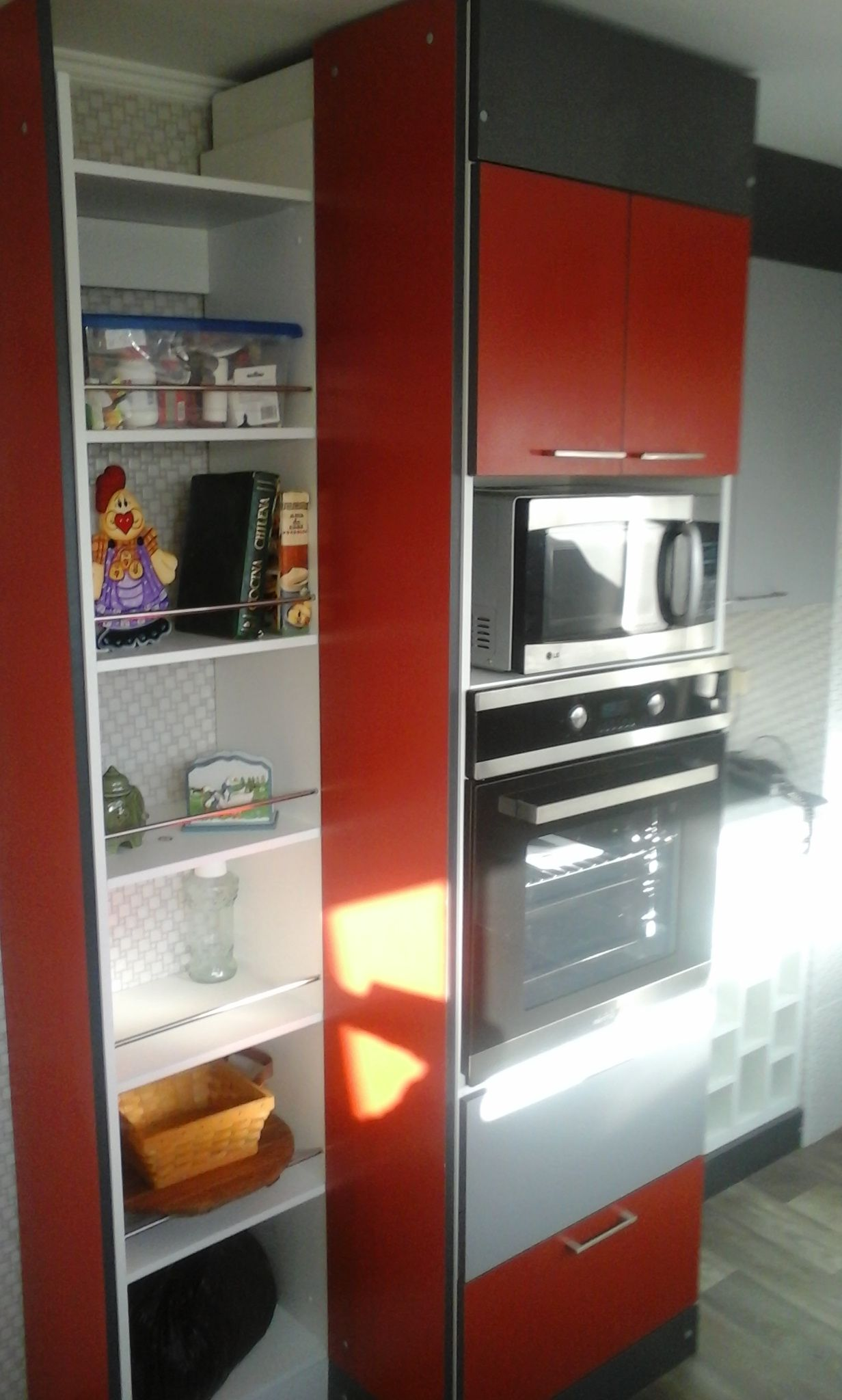 Mueble Para Horno Eléctrico Y Microondas Melamina Tono Rojo Colonial Gris Grafito Y Alu Remodelación De Cocina Pequeña Cocina Integral Chica Horno De Madera