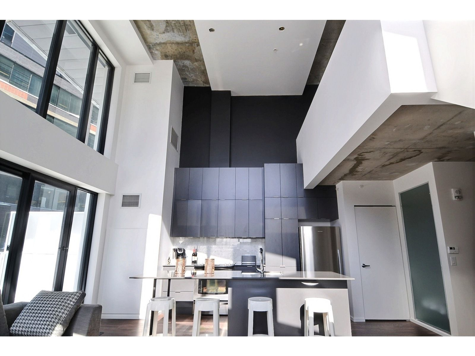 Open Two Storey Loft That Will Make You Want To Rise And Shine Avec Images Condo A Vendre Condo Immobilier
