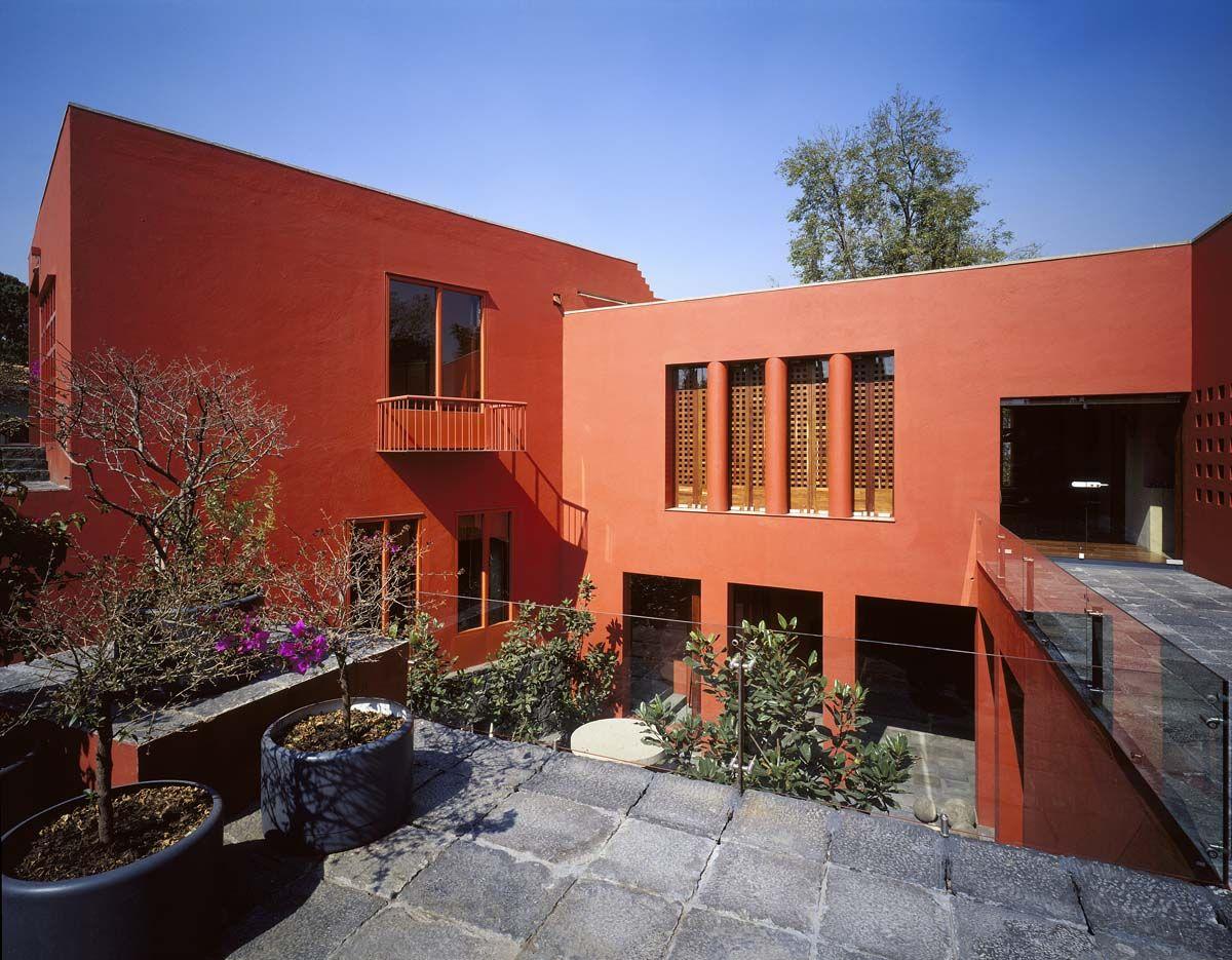 Residencia calle diego rivera arquinteg casas diego for Casa minimalista roja