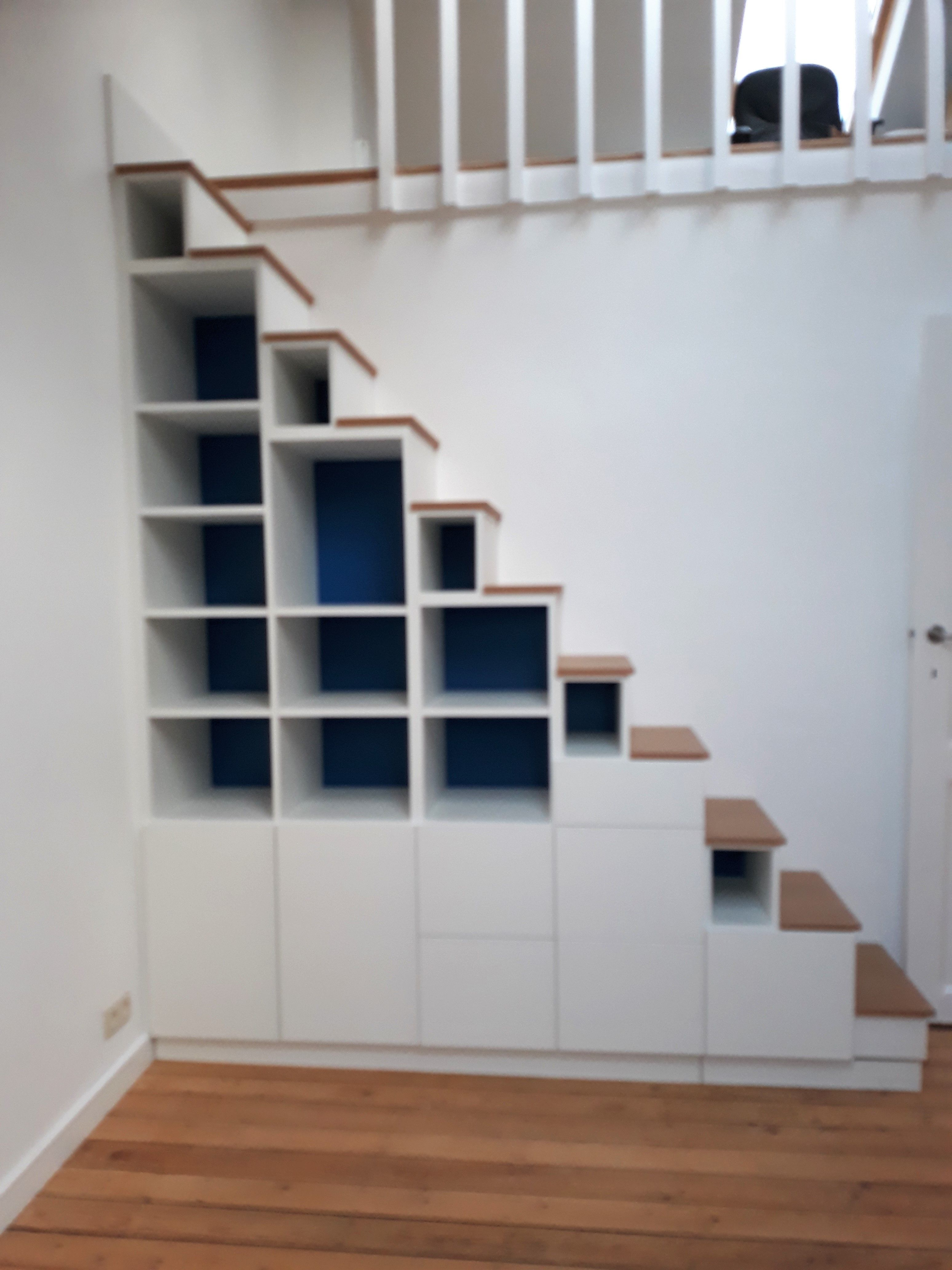 Meuble Escalier Blanc Texture Et Fond Bleu Royal Un Contraste
