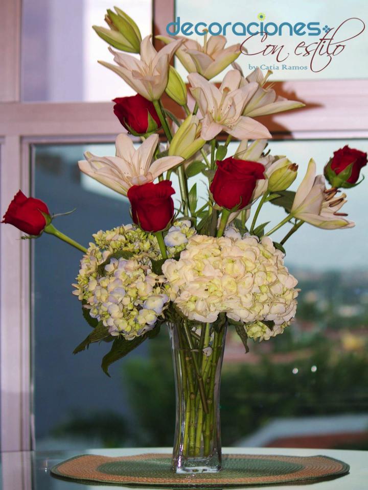 Centro de mesa con lirios rosas rojas y hortensias - Arreglo de flores naturales ...