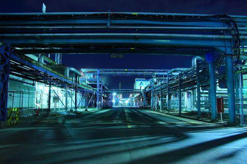 神奈川県川崎市の浮島町は 京浜工業地帯の中でも一番東京寄りに位置するエリアで 町の中を国道409号線と首都高速神奈川6号川崎線が南北に走り 車でのアクセスはピカイチ そして浮島町中央エリアには精油工場がたくさん立ち並び その様子は昼間でも異様な光景
