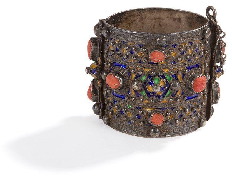Bracelet articulé, Algérie, Grande Kabylie, Benni Yenni, fin du XIXe siècle  Argent émaillé en polychromie à décor géométrique polylobé et cabochons de  ... c81328304f0