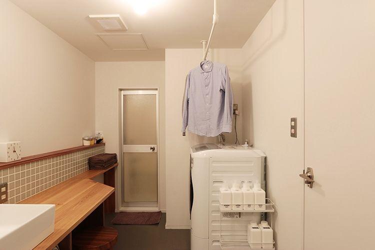 天井に取り付けたハンガーパイプが 室内干しにタオル掛けに スチーム
