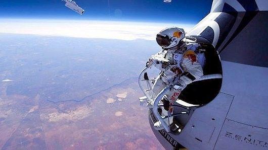 Felix Baumgartner Breaks Record For High Altitude Skydiving Saut En Parachute Parachute Felix Baumgartner
