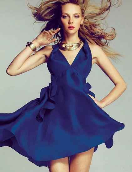 Ha, ça c'est une robe d'été chic comme on les aime ! Bleue foncée, dos nu et avec un décolleté en V. Elle est apparemment volante, ce qui est très apprécié durant l'été et la coupe est originale, ce qui ne gâche rien, bien au contraire. #ete2012 #style