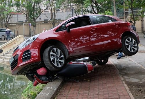 Nguyen nhan nao khien tai xe dap nham chan ga