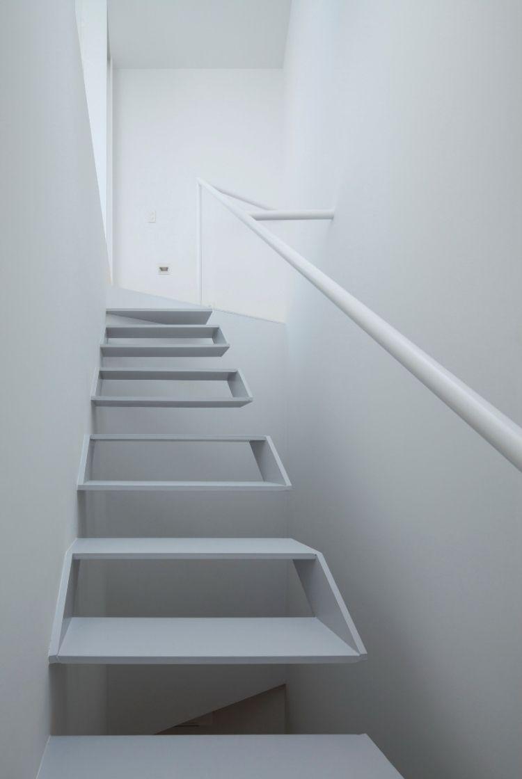 schwebende Treppen -weiss-stufen-futuristisch-handlauf-waende ...