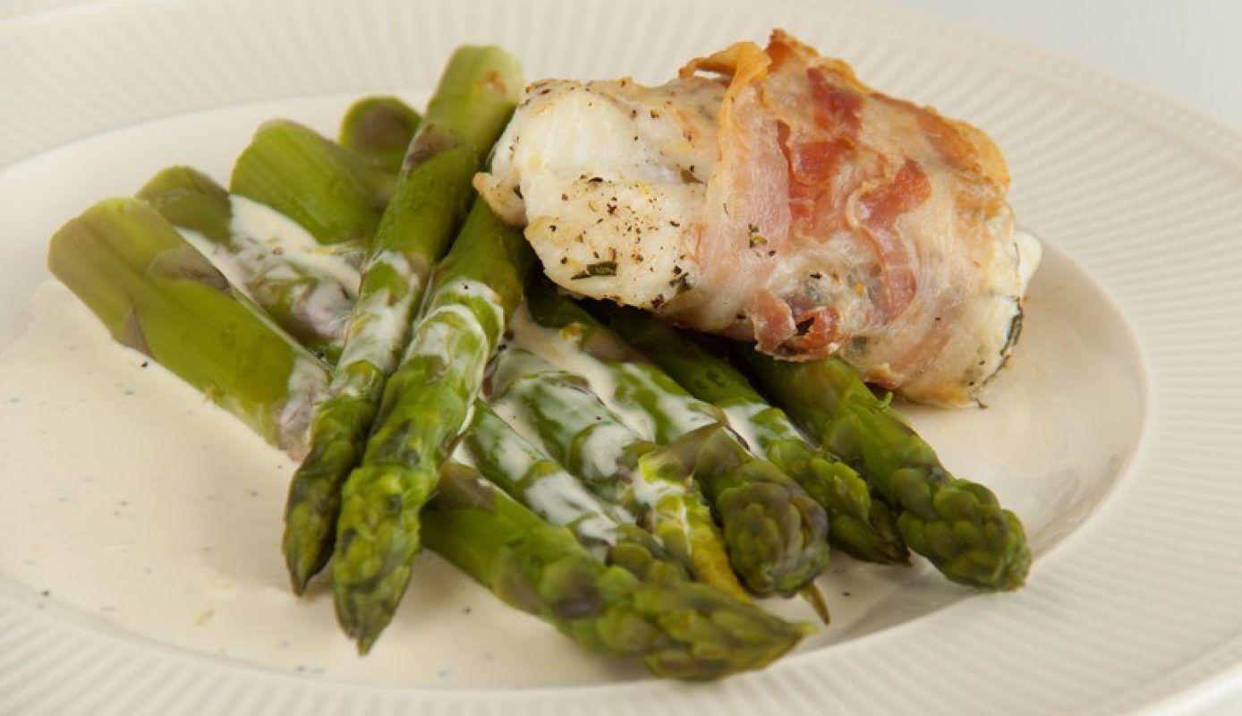 Deze kabeljauw in pancetta gewikkeld met citroenmayonaise en asperges komt van de toffe blog van Caroline.…