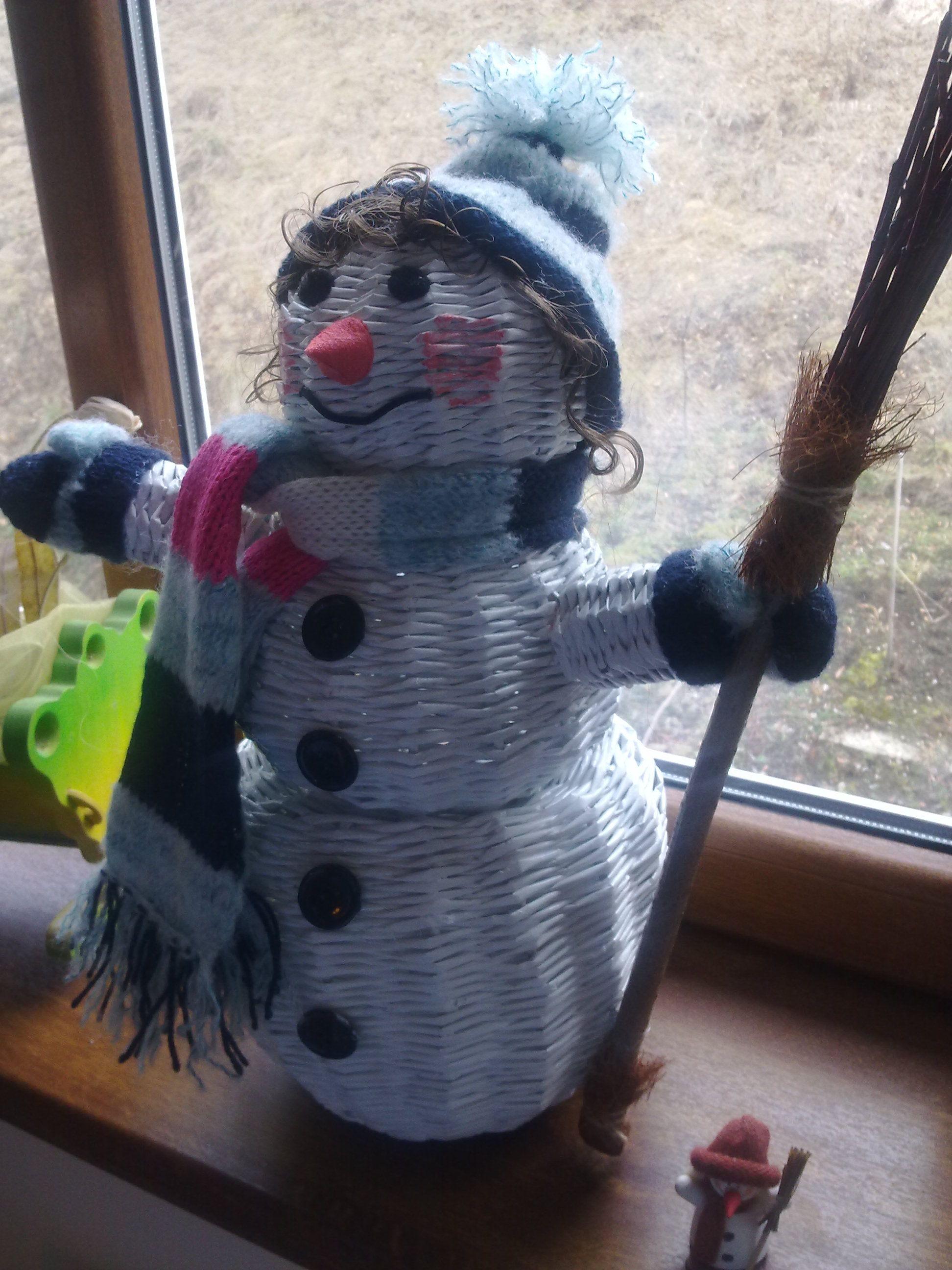 Snehuliak pletený z papiera