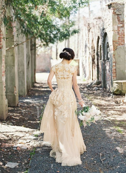 Pin von Lou Ri auf wedding dresses | Pinterest | Perlenstickerei ...