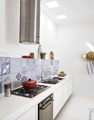 Cucina bianca con cappa moderna e piastrelle antiche | Home <3 ...