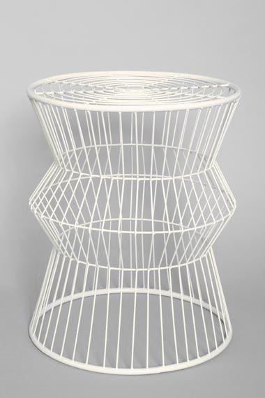 Beistelltisch metall draht weiß  Beistelltisch aus Draht in Weiß bei Urban Outfitters | 1 ...