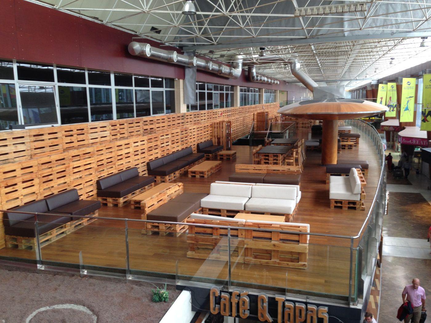 Es gibt ein komplettes paletten-Cafe im Flughafen Teneriffa-Süd ...