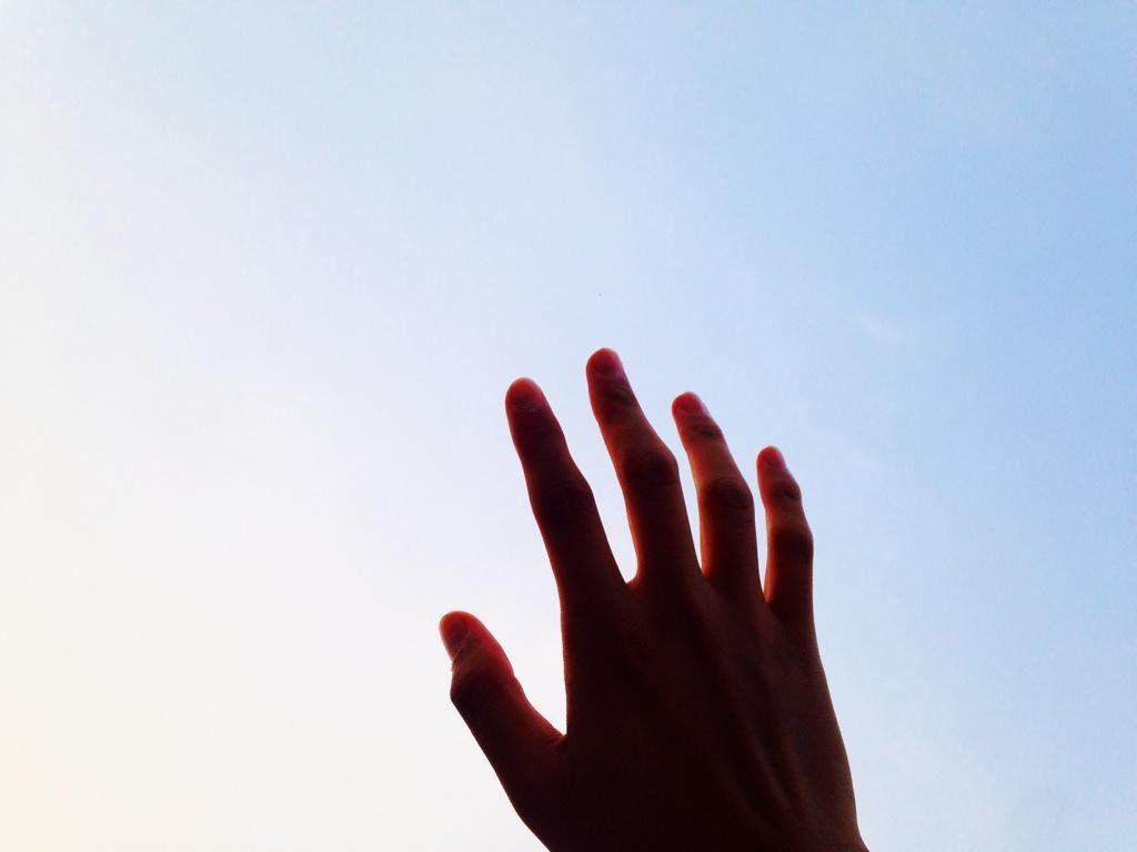 """방탄소년단 on Twitter: """"그냥 벌러덩 누워서 간만에 하늘을 보는데 하늘이 아주아주 파아랗다. 파란게 아니고 파아람. 흐린데 파아람. 무엇을 위해 사나! 하는 생각이 들면 하늘을 보삼. 별 생각 없어짐 http://t.co/rfi0juiclA"""""""