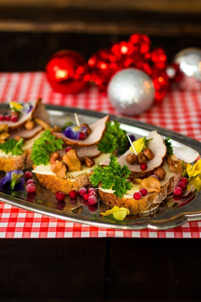 Jouluiset herkkuvoileivät saavat päällensä ainakin paistettuja kantarelleja, kermajuustoa, joulukinkkusiivuja ja puolukoita.