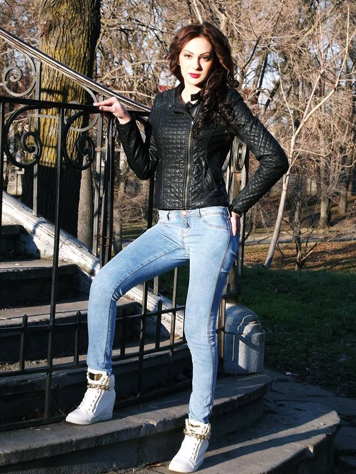 Tall girl in black leather jacket and tight jeans | me gusta ...