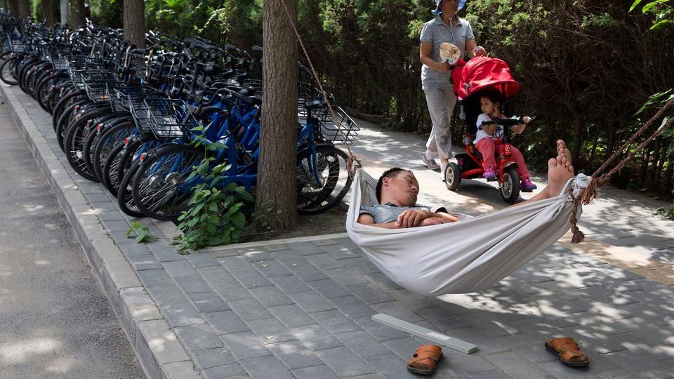 Zahlreiche Fahrräder einer Fahrrad-Verleihfirma stehen in Peking auf einem Bürgersteig. Die chinesischen Behörden versuchen den boomenden Leihrad-Markt zu regulieren, weil Millionen von Leihrädern die Bürgersteige in den Großstädten verstopfen. | Bildquelle: dpa