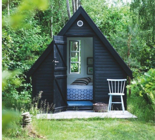 A Tiny Guest Room A Frame Painted Black Exterier Architektura