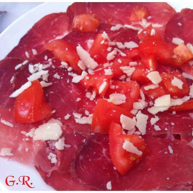 Piatto estivo: bresaola e pomodorini... #bresaola #pomodori #pranzo #estate