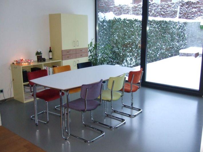 eettafel met gekleurde stoelen leuk for the home pinterest
