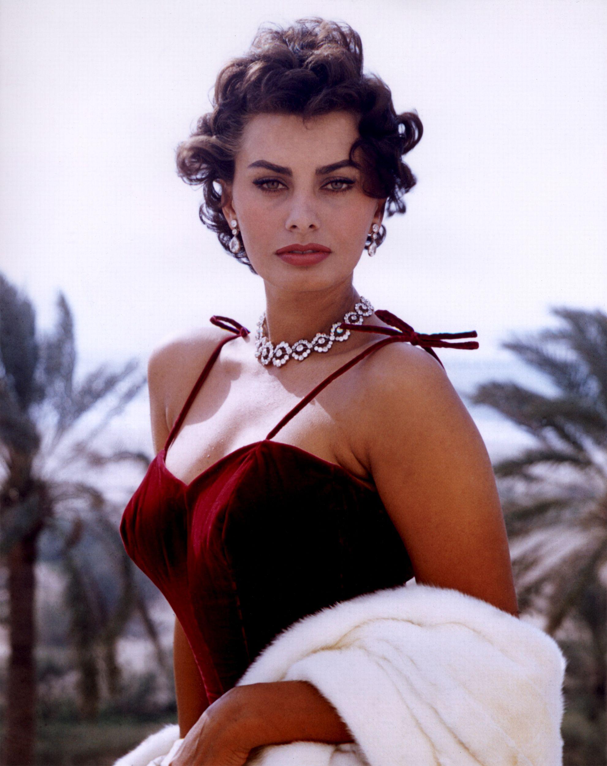 Sophia Loren, una mujer que supo recorrer un camino que le llevó de la simpática vulgaridad a ser considerada una gran señora del mundo del cine.