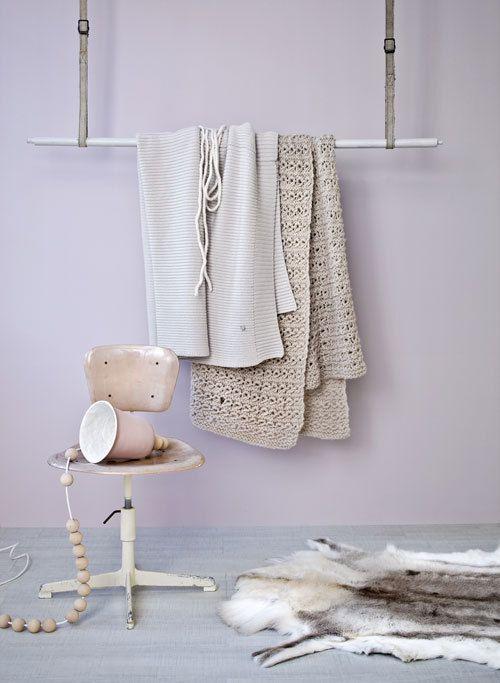 Geef je winterhuis een hoog knuffelgehalte met vriendelijke vormen, aaibare materialen en poederige pastelkleuren.