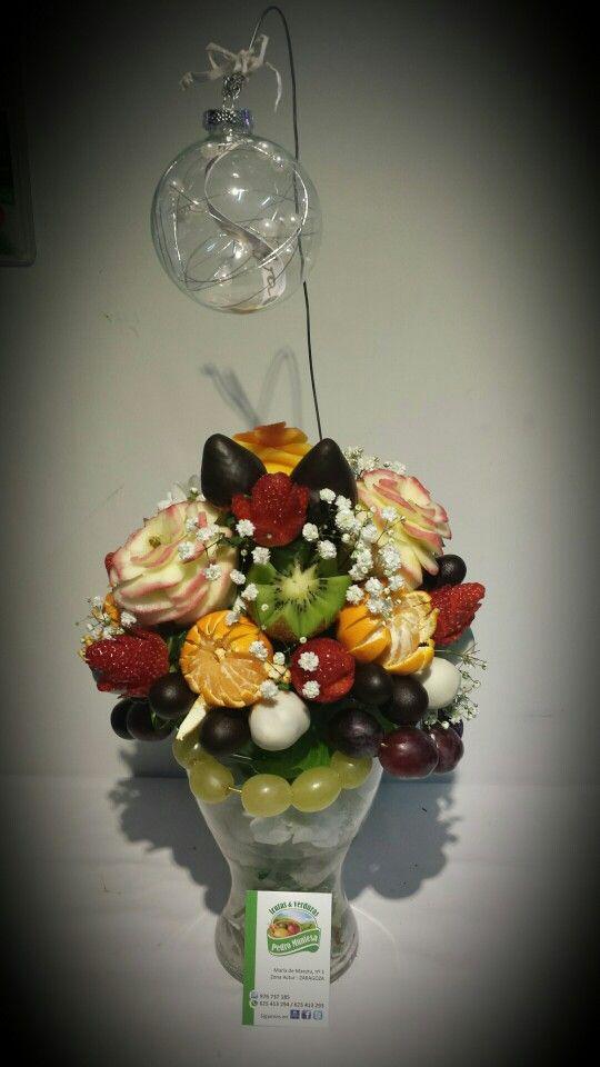 Centro de flores comestibles hechas con #fruta con un toque #Navideño