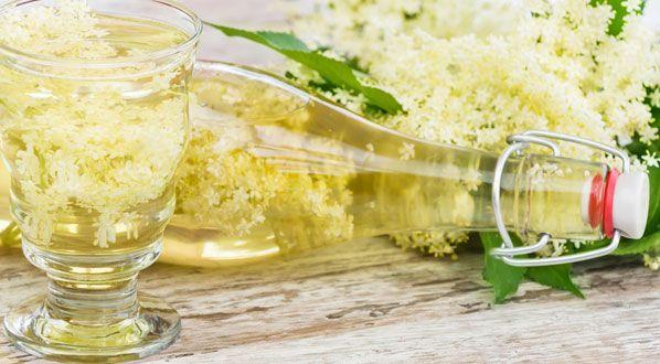 Holunderblütensirup mit einer Zitronenscheibe garniert