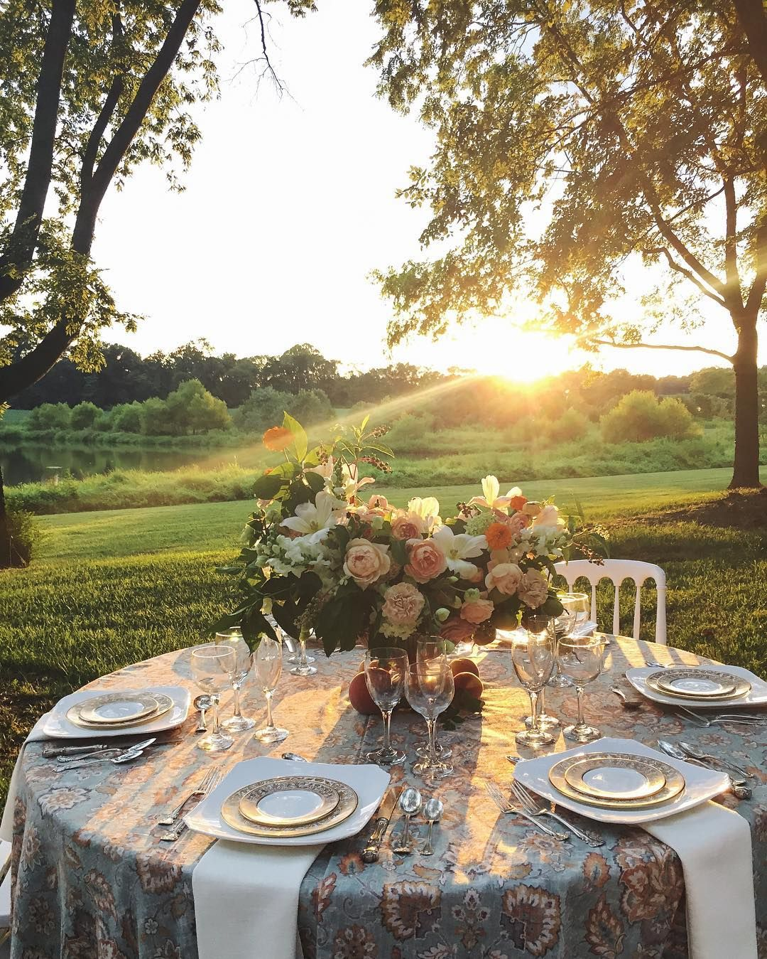 Glorious end to a beautiful day enjoying the fruits of our labor around a table of friends with wine and great conversation and wrapped in the best hug of a sunset. Cheers team! @presquisle @angelanewtonroyphotography @bellagiornataevents @freshconnectionscatering  #wildgreenyonder #centerpiece #sunset #visitvirginia #darlingweekend #soloverly #scenery #goldenhour #flowers #liveauthentic #weddingvenue #weddinginspiration #alfresco #tabletop