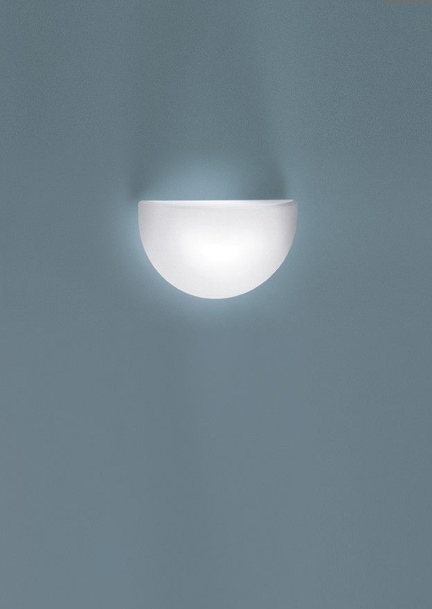 QUARTO Wall lamp with diffuser in opal blown glass and base in white epoxy-coated metal.